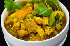Schließen Sie herauf thailändischen Lebensmittel-Schweinefleisch-Curry mit Kraut Lizenzfreie Stockfotos