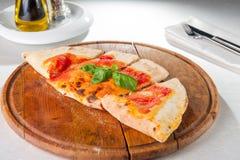 Schließen Sie herauf traditionelle italienische geschlossene Pizza Calzone Selektiver Fokus Lizenzfreie Stockfotografie
