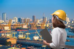 Schließen Sie herauf tragenden Schutzhelm des weiblichen Ingenieurs im Verschiffungshafen Stockfotografie