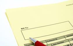 Schließen Sie herauf unbelegte Rechnung mit Feder Lizenzfreie Stockfotos