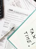Schließen Sie herauf US-Bargeldhintergrund S Einzelnes Steuerformular 1040 Stockfotografie