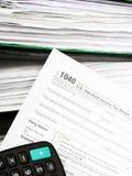 Schließen Sie herauf US-Bargeldhintergrund S Einzelnes Steuerformular 1040 Stockbilder