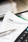 Schließen Sie herauf US-Bargeldhintergrund S Einzelnes Steuerformular 1040 Lizenzfreie Stockfotografie
