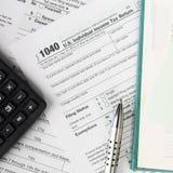 Schließen Sie herauf US-Bargeldhintergrund S Einzelnes Steuerformular 1040 Lizenzfreie Stockfotos