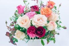 Schließen Sie herauf Vase des Rosenblumenstraußes, schöne Blume Lizenzfreie Stockbilder
