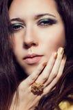 Schließen Sie herauf vorbildliches Modeporträt Farbrauchiger Augentürkis lizenzfreies stockfoto
