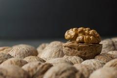 Schließen Sie herauf Walnusskern mit Oberteil auf hölzernem Hintergrund gesundes Lebensmittel für Gehirn Ein Fotoabschluß herauf  stockfoto