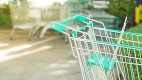 Schließen Sie herauf Warenkorb auf Autoparken im Mall mit copyspace Stockfotos