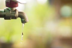 Schließen Sie herauf Wassertropfen vom Vorsprung, von undichtem Wasser, vom Abwehrwasser und vom Wasserreinhaltungskonzept Lizenzfreie Stockbilder