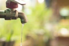 Schließen Sie herauf Wassertropfen vom Vorsprung, von undichtem Wasser, vom Abwehrwasser und vom Wasserreinhaltungskonzept Stockbild
