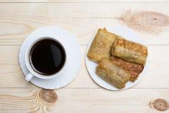 Schließen Sie herauf weiße Kaffeetasse und Pfannkuchen mit Hüttenkäse auf wo lizenzfreies stockbild