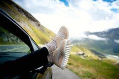 Schließen Sie herauf weibliche Fahrwerkbeine Stockfotos