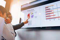 Schließen Sie herauf zwei Geschäftsleute Analysediagramm, die an zusammenarbeiten stockfotos