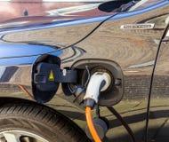 Schließen Sie hybriden Elektroautogebührenpunkt an stockfotografie