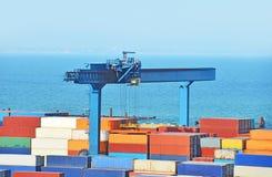Schließen Sie Ladungkran an den Port an Stockbilder