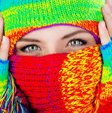 Schließen Sie oben auf abgedecktem Gesicht mit blauen Augen