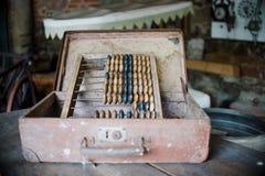 Schließen Sie oben auf altem Abakus der alten Weinlese in der Werkstatt Stockbild