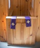 Schließen Sie oben auf Beichtstuhl in der Kirche Stockfoto