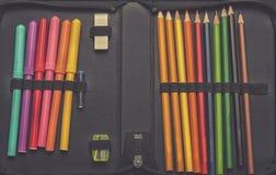 Schließen Sie oben auf Bleistiftkasten auf Tabellenhintergrund Stockfotos