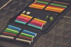Schließen Sie oben auf Bleistiftkasten auf Tabellenhintergrund Stockfoto