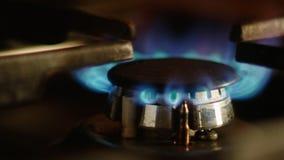 Schließen Sie oben auf dem Erdgas der Flamme im Ofenbrenner Gas, das in einem Küchengasherd brennt stock video footage