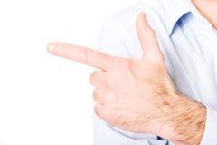 Schließen Sie oben auf der männlichen Hand, die nach links zeigt Stockfoto