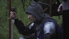 Schlie?en Sie oben auf der mittelalterlichen Axt und einem Sitzen auf dem Grundsoldaten stock footage