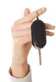 Schließen Sie oben auf der weiblichen Hand, die einen Autoschlüssel hält Lizenzfreies Stockfoto