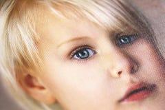 Schließen Sie oben auf Details des Porträts des kleinen Mädchens gedruckt auf Baumwolle Stockfotos