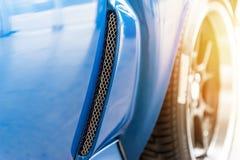 Schließen Sie oben auf einem blauen Auto Lizenzfreie Stockfotos