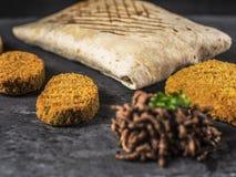 Schließen Sie oben auf französischen Tacos mit Nuggets, Cordon bleu und Rindfleisch Stockfotografie