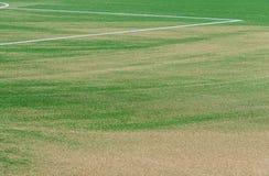 Schließen Sie oben auf Fußballplatz mit künstlichem Gras und weißen Streifen stockbild