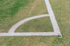 Schließen Sie oben auf Fußballplatz mit künstlichem Gras und weißen Streifen lizenzfreie stockfotografie