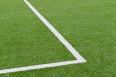 Schließen Sie oben auf Fußballplatz mit künstlichem Gras und weißen Streifen lizenzfreie stockfotos