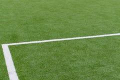 Schließen Sie oben auf Fußballplatz mit künstlichem Gras und weißen Streifen stockfotos