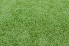Schließen Sie oben auf Fußballplatz mit künstlichem Gras und weißen Streifen stockfotografie