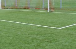 Schließen Sie oben auf Fußballplatz mit künstlichem Gras und weißen Streifen stockbilder