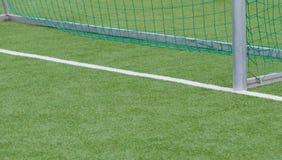 Schließen Sie oben auf Fußballplatz mit künstlichem Gras und weißen Streifen lizenzfreies stockbild