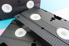 Schließen Sie oben auf Lügen mit 3 dem schwarzen Videobändern VHSs stockfotografie
