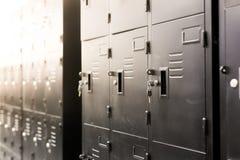 schließen Sie oben auf schwarzen Schließfächern in der Turnhalle, Wand von Schließfächern Mit Schlüssel, lizenzfreie stockbilder