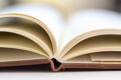 Schließen Sie oben auf Seiten des offenen Buches Stockbilder