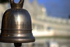 Schließen Sie oben auf thailändischer traditioneller Metallglocke am Tempel lizenzfreie stockbilder