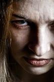 Schließen Sie oben auf umgekipptem furchtsamem Gesicht des verärgerten Übels stockfotografie