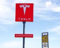 Schließen Sie oben auf Zeichen für Tesla-Überverdichterstation Stockbild