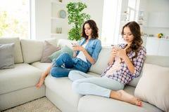 Schließen Sie oben das schöne Foto sie ihre Damenmitfreunde, Telefonhand, diearme Leser Firmen, lesen langeweileabnutzung nicht lizenzfreies stockbild