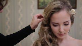 Schließen Sie oben junge Mädchen ` s vom Make-upprozeß am Kosmetiksalon Junges visagiste, das Lidschatten auf vorbildlichem ` s G stock video footage