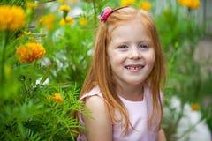 Schließen Sie oben, Porträt des kleinen roten vorangegangenen Mädchens Stockfoto