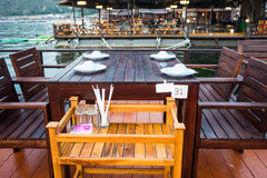 Schließen Sie oben Restauranttabelle von der im Freien auf dem Schwimmen Stockfoto