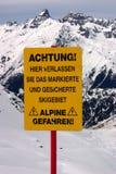 Schließen Sie oben am Ski-WARNING Stockfotografie