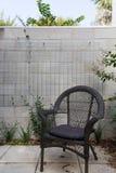 Schließen Sie oben Stuhl des schwarzen Stocks vom im Freien im Hof gegen Block Stockfotos